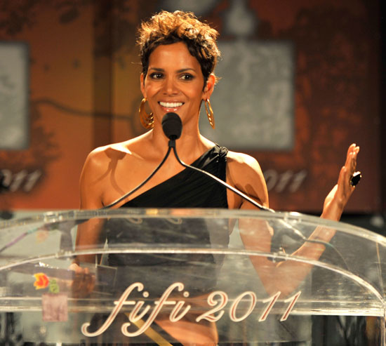 ����� ����� (Halle Berry) - ���������� � ��������� Elizabeth Taylor Fragrance Celebrity Award